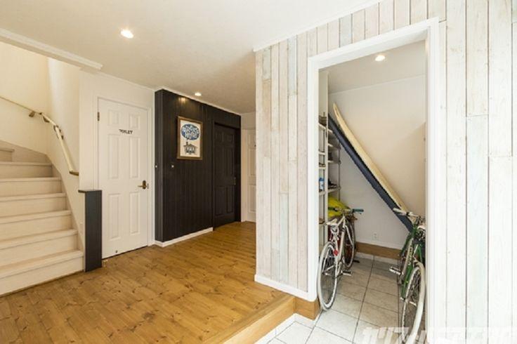 SURFER'S HOUSE WTW Edition | カリフォルニア工務店エントランスホールから、段差無しで繋がるシューズインクローセット。