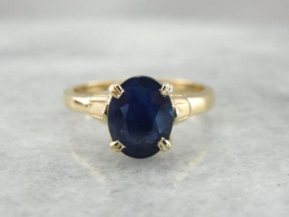 Einfache und subtile dieser klassischen gelbe gold Ring wird ein schöner jeden Tag oder Geburtsstein Ring, und hat auch die konische, flache Fahrwerk muss bequem sitzen auf der Seite. Die Stein ist tief, Marineblau, mit viel Glitzer; schön akzentuiert durch die hell poliertem Gold auf beiden Seiten.  Metall: 10K Gelbgold Edelstein: Saphir 2,51 Karat Gem Maße: 9 x 7 mm, Oval Ring Größe: 5.5 Marken: 10K auf der Innenseite gestempelt-Band  SKU #: AD2HZT-N  Jedes Stück wurde identifiziert und…