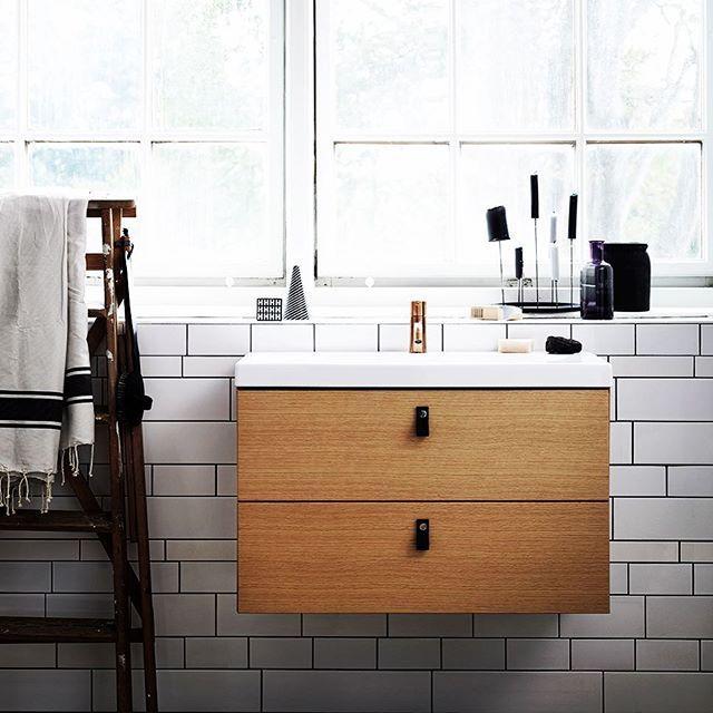 | BADRUM | Att ha en badrumsmöbel i Ek natur i sitt badrum känns stilrent och klassiskt. Skulle den här möbeln passa i ditt badrum? På bilden: Bright med delad front, slät lucka och i Ek natur.