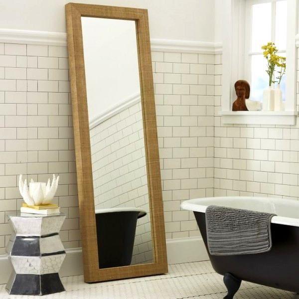 Que tal um espelho de corpo inteiro apoiado no chão do lavabo em frente à janela? Para que o ambiente seja mais luminoso e também um complemento para o outro espelho de rosto. Prático e atrativo. Experimente! #espelho #lavabo #banheiro #decoracao #interiorstyling #interiordecor #decoraçãodeinteriores #decoraçãodebomgosto #decoraçãoelegante #peçaslindas #comprardecoracao #decorarfazbem #carrodemola.