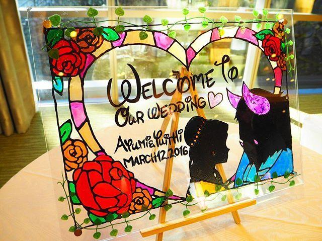 Happy Wedding!! ・ 7つ上のお姉ちゃん!結婚しなくてもいいのになって思ってたけど、とうとうお嫁に行ってしまった 妹としてこんなことしかできないけど、手作りのウェルカムボードをプレゼント! 喜んでくれてよかった☺️☺️ #ウェルカムボード手作り #ウェルカムボード #ガラス絵の具 #ステンドグラス風 #美女と野獣 #結婚式 #姉