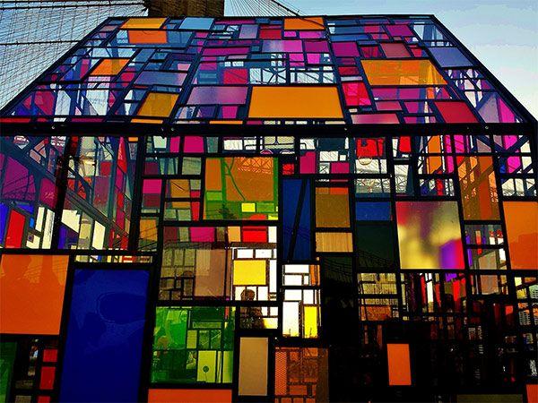 ブルックリン橋を背景にきらめく、アートなステンドガラス・ハウス in ニューヨーク