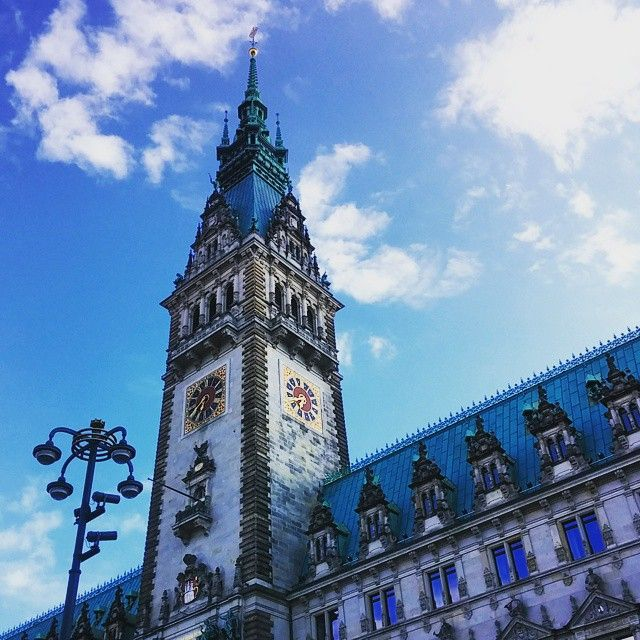 Ратуша города Гамбурга, построенная в 1897 году в стиле Неоренессанс. Башня высотой 112 м. Во дворе находится статуя древнегреческой богини Гигиеи///// The Hamburg Rathaus was build in 1897 (Neo-Renaissance). ? #hamburg #rathaus #greatday #cosmiclookcom #cosmiclook