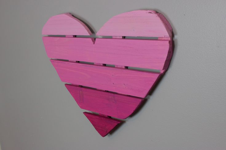 DIY Ombre Heart Pallet- add some style to your space with this adorable and easy to make wall art!