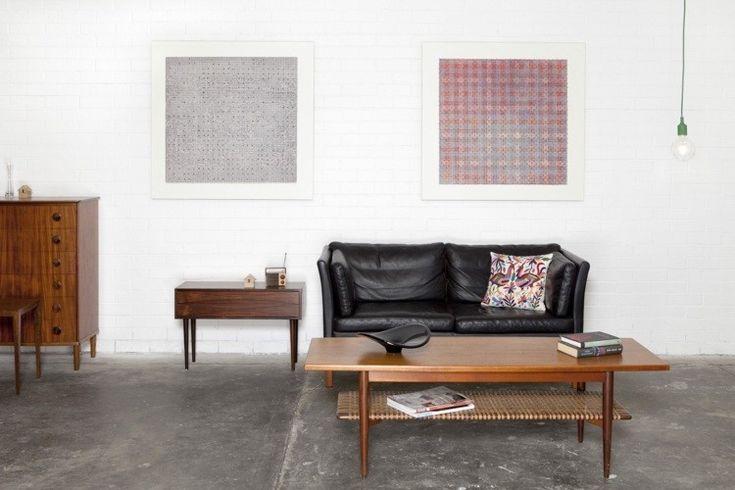 sofá de cuero negro en el salón