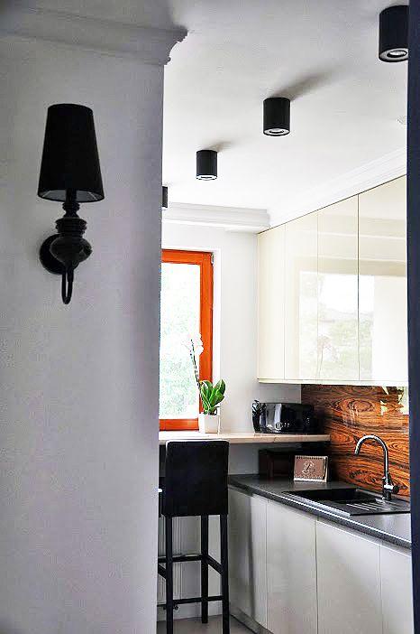 Projekt kuchni Warszawa // http://www.jedynetakiewnetrza.pl // white and black kitchen with wooden wall