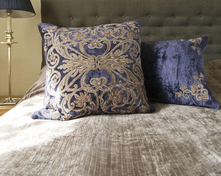 Kolejna porcja inspiracji od In Situ. Łóżko po brzegi przykryte narzutą i poduszkami, tworzą cudowną atmosferę ciepła i przytulności. Z jasnym kolorem ścian pięknie kontrastuje ciemna kolekcja Oscar, która nadaje całości stylowego charakteru. Sypialnia w takim wydaniu zachwyci niejednego wymagającego miłośnika elegancji oraz dobrego stylu.
