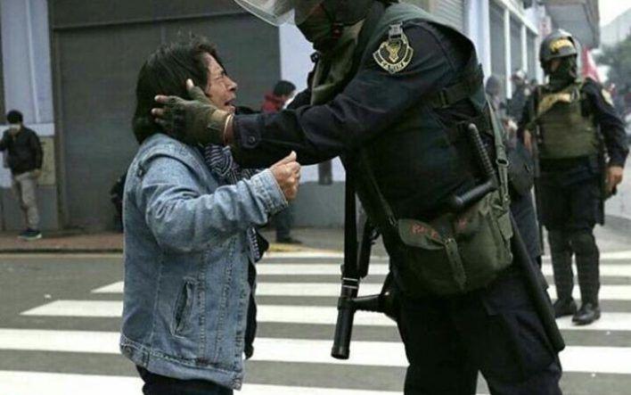 Amid a Teacher Strike a Powerful Image Shakes Up Peruvian Social Media