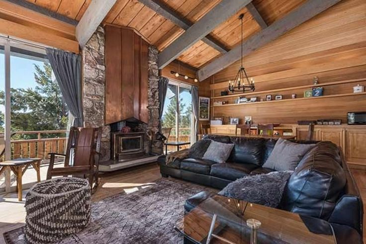 House in Tahoe City, United States. My place is close to town for convenient shopping & dining, a huge swimming pool, a private beach & pier, 5 tennis courts. Great lake views/mountain vistas. Mountain biking, hiking trails are right across from the neighborhood entrance. You'll lov...