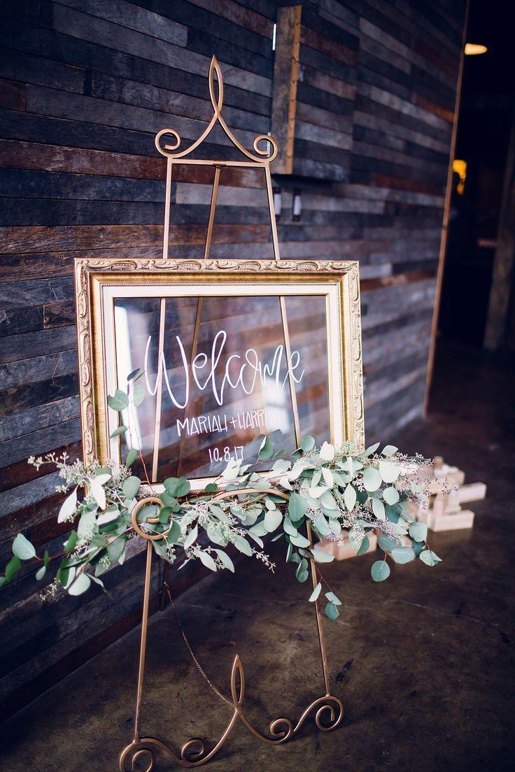 Glaswillkommensschild im Goldvase mit dem Grün. Hochzeitsdekor-Ideen für Knoxville
