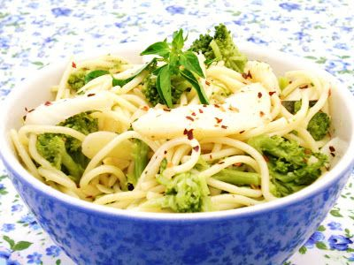 Spaghetti ao Alho e Óleo com Brócolis e Lascas de Bacalhau