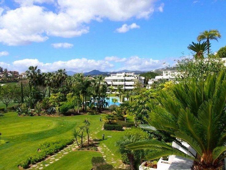 Magnificent Marbella apartment for sale in the great Los Granados Golf complex in Nueva Andalucia.