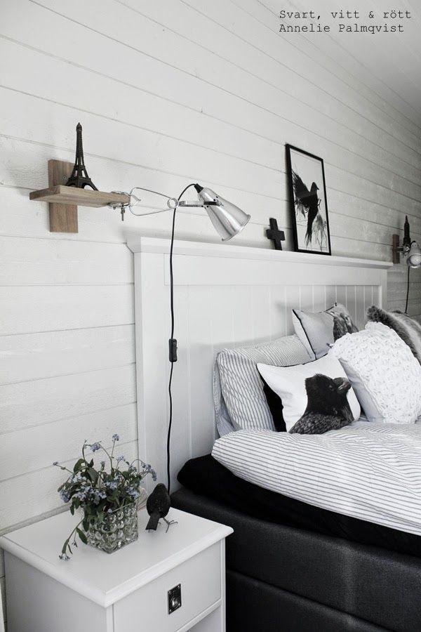 svart och vitt, svartvitt sovrum, vitt, vita, svart, svarta, kuddar i sängen, påslakan, inredning, dekorationer, detaljer, inspiration, hylla, svarta fåglar, artprint, artprints, tavla, tavlor, svart ram, klämspot, ikea, randiga påslakan, vit huvudgavel, sänggavel av trä, panel, vit panel, sängbord, blommor,