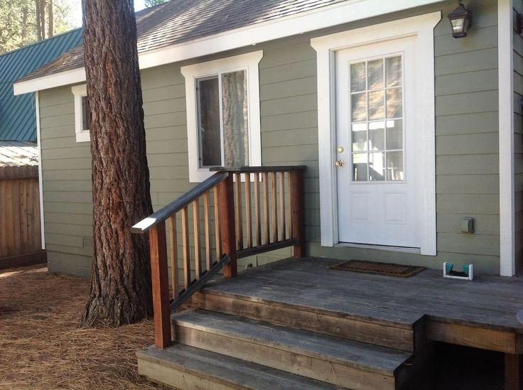 House in South Lake Tahoe, United States. A 450 sq ft. fully renovated studio guest house with full kitchen. 1 mile to Stateline and very convenient to Heavenly ski resort and lake access. Accommodates 2, has 1 king bed w/premium bedding. Hot tub. WiFi. Bikes.Has 1 off street parking spac...