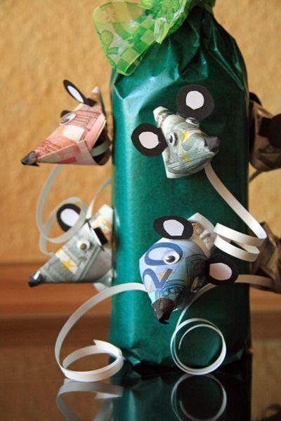 Hier kommt die Maus. Na, was sagt ihr zu dieser originellen Geschenkidee? Das sind Mäuse im wahrsten Sinn. :D Geldgeschenke zum Geburtstag - Flaschen Geschenk Diese süße Mauseflasche ist zwar viel ...