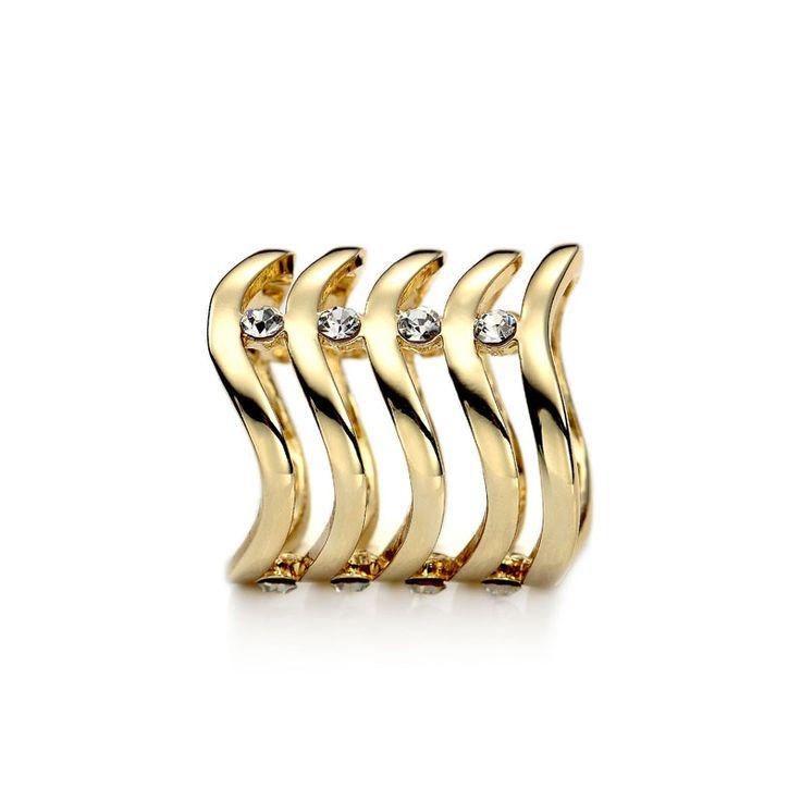Táto luxusná ozdoba s menom Vlnitý drahokam je vybavená vlnitým vzorom, ktorý je vyrobený zo 14k pozlátenej zliatiny. Tento luxusný a originálny doplnok vám zabezpečí luxusný outfit každý okamžik. Vlnitý drahokam je jeden z najluxusnejších ozdobných rúrok z nášho sortimentu. Vlitý drahokam má dizajn rúrky, aby bolo jednoduché šatku prevliecť a naaranžovať. Je navrhnutý tak aby nepoškrabal luxusný hodvábny materiál. Ozdoba sa radí medzi poloklenoty.