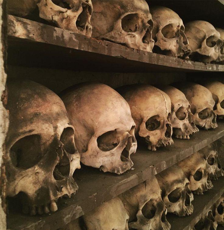 La chiesa di Santa Maria dell'Orazione e Morte ha una cripta sotterranea un tempo cimitero della confraternita dove furono inumate dal 1552 al 1896 più di 8000 salme. Oggi si presenta come un ossario dove tutto (decorazioni sculture e lampadari) è fatto con ossa e scheletri. #ig_rome #roma #horror #igersroma #teschio by claudiocaprara