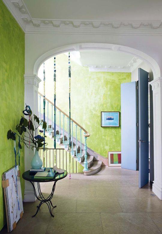 Współczesne wnętrze inspirowane klasycznymi projektami. Zieleń na ścianach, lecz intensywnie niebieskie, subtelne dodatki.