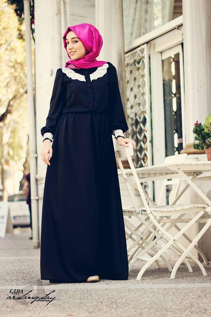 Yakası ve kol ağzı dantel süslü tesettür elbise siyah taşlanmış ince krepten Gamze Polat tarafından özel olarak tasarlanmıştır.