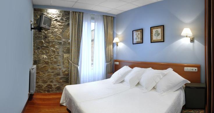 http://www.AbPensiones.com  Pension en San Sebastián:  Ab Domini.  Habitación con vistas a la preciosa Iglesia de San Vicente