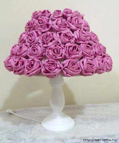 Russian tutorial shows how to make the individual fabric roses for lampshades or bouquets, corsages -- whatever you like.