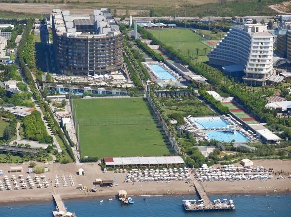 Antalya'nın en lüks semti Lara bölgesine yakışacak ender otellerden Kervansaray Lara müthiş mimarisiyle sizleri büyülemeye davet ediyor. Müthiş mimarisi diyoruz çünkü size özel değişen oda ışıkları kendi tarzınızı yansıtacağınız bir tatil imkanı sunuyor. http://www.rentacarantalya.com/gezi-rehberi/antalya-kervansaray-hotel-lara-.html #antalya