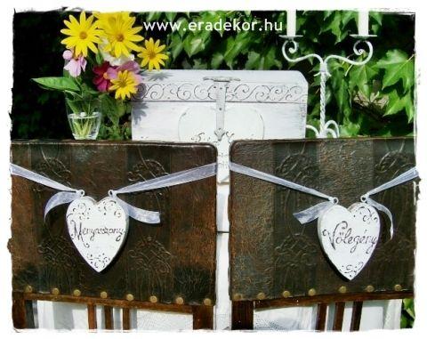 Rusztikus festett fa szívek Menyasszony és Vőlegény feliratokkal. Fotó azonosító: ESKSZIVEK08