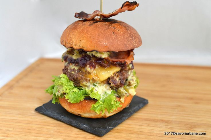 Burger de vita cu branza reteta de cheeseburger de casa. Va dau reteta castigatoare a Locului 1 de la BurgerFest si va asigur ca este cel mai bun burger de casa din carne de vita! Cum se fac burgerii acasa? Cum facem chifteaua de vita pentru hamburger? Ce condimente punem la un burger? Ce sosuri …