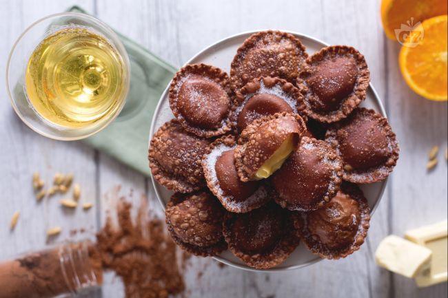 Una crema profumata e un guscio sottile e croccante: ravioli al cacao con cuore di cioccolato bianco, una tentazione a cui nessuno saprà resistere!