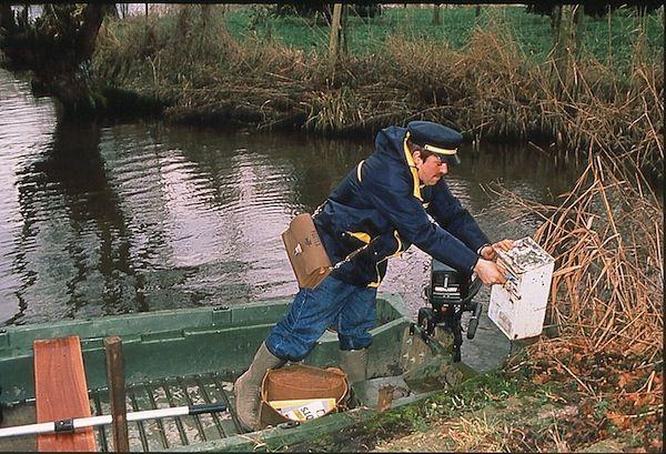 Années 1980 - Tournée de facteur en barque dans le nord de la France © L'Adresse Musée de La Poste / La Poste, DR.