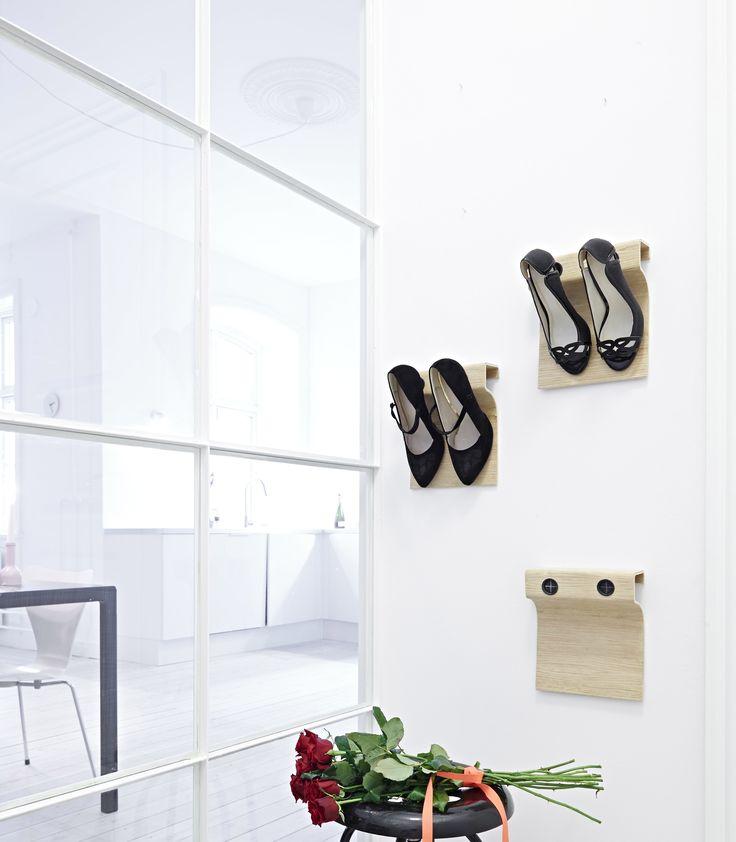 Flash Up findes i 2 størrelser 20 – 100 cm, med op til 5 par stiletter. Her kommer den i en dobbelt pakke med 2 flash up 20. Panelerne tilfører rummet extravagance og ynde – og passer ind i den smalleste entré, voluminøse walkinclosets til unikke hotelværelser. Hældimensioner: Højde: 16cm – Diameter: 2,5cm