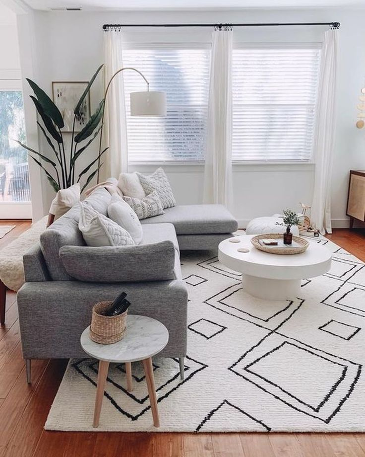 Modern Living Room Gray Sectional Sofa Black And White Rug Bright Living Room Wohnzimmer Modern Wohnzimmer Design Wohnzimmer Grau