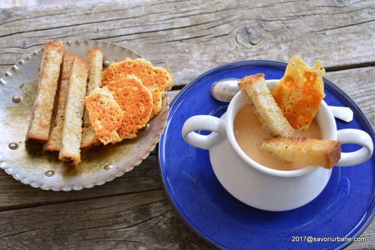 Supa de cascaval cu crutoane crocante. O reteta simpla de supa crema cu chipsuri de cascaval (tuilles). Supa de cascaval este fina, cremoasa si consistenta.