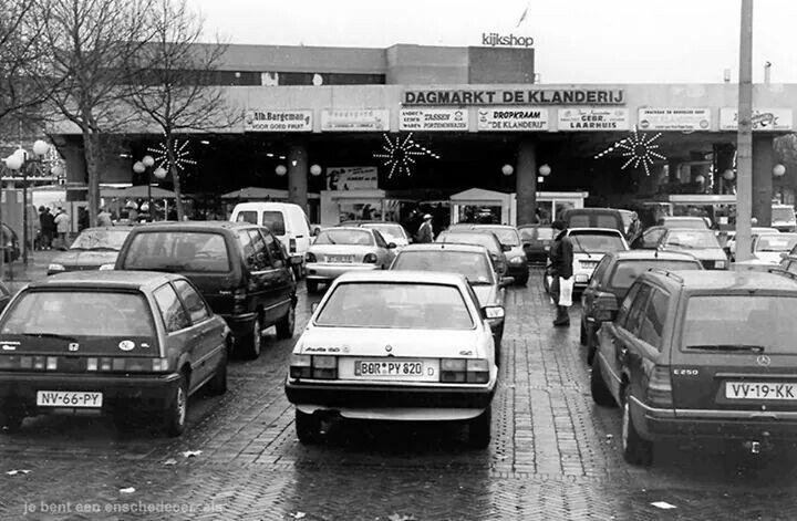Enschede, Klanderij met Van Heeksplein als parkeerterrein