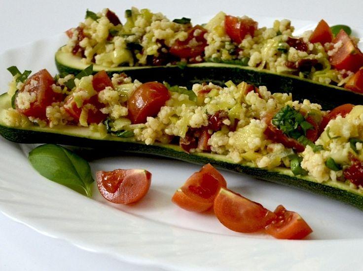 Cukinia zapiekana z kaszą jaglaną i suszonymi pomidorami #cukinia #kaszajaglana #suszonepomidory #healthy #cukiniazapiekana #mniam #food