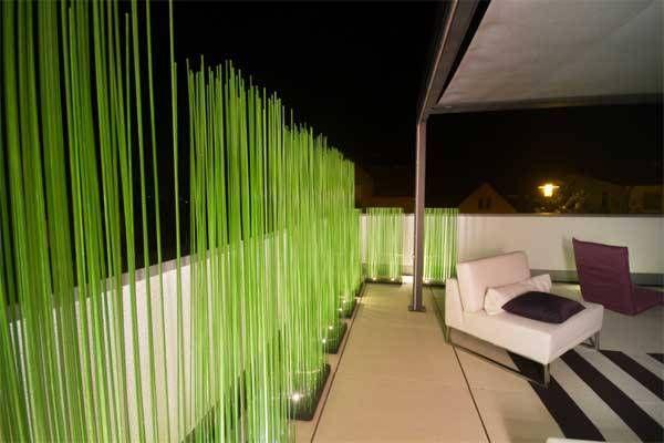 Sichtschutz für Balkon & Terrasse mit Sticks von Extremis: tagsüber wirken diese grünen Kunststoffstäbe wir Gras, nachts werden sie beleuchtet und schaffen eine tolle Atmosphäre!