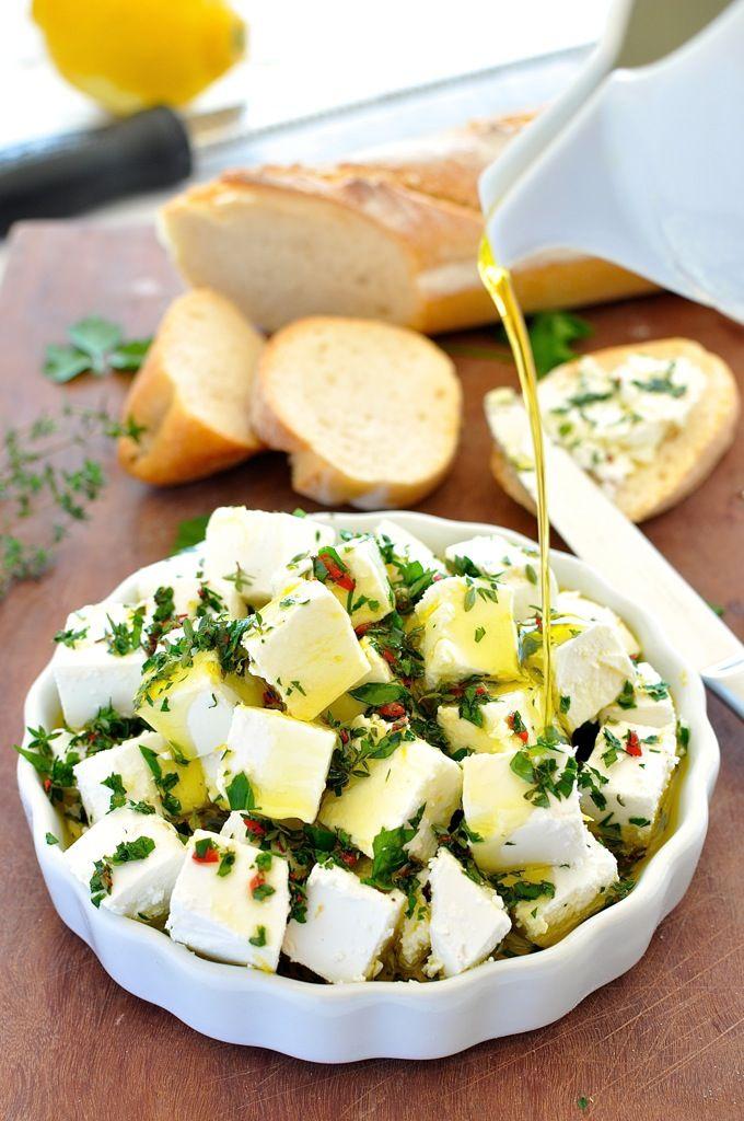 お金もかからず見た目だけでなく味も嬉しくなるようなチーズですが、ほんの数分で出来てしまいます。ハーブとオリーブオイルと フェタチーズ のバランスがバッチリです。