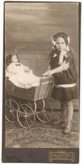 Куклы в колясочках. Фото давно минувших дней.