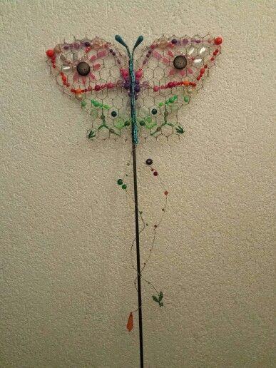 Papillon, perles et treillis.