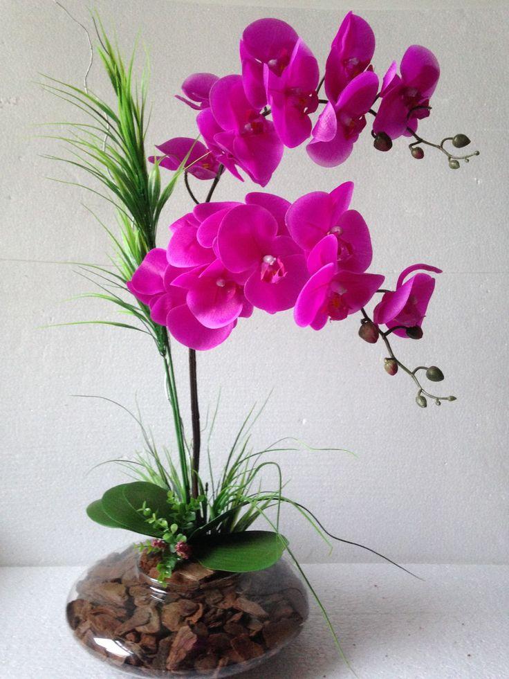 lindo arranjo de orquídeas púrpura em silicone toque real artificiais , com dois galhos mantado em vaso de vidro , com vegetação artificial e cascas de árvores ao fundo.  Ideal para hall de entrada, centro de mesa e todos os ambientes. Maravilhoso!