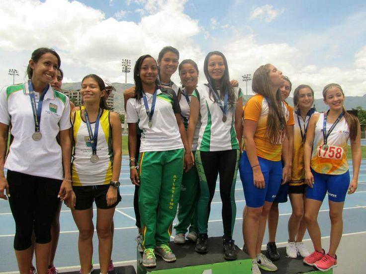 Estudiante de la Tecnología en Artesanías bajo Cauca Nivelia Cuadrado gana medalla de oro en atletisno en los juegos universitarios en representación de la Facultad de Artes