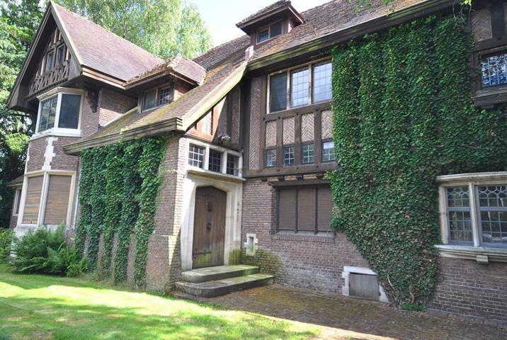 Te koop - Villa 5 slaapkamer(s)  - bewoonbare oppervlakte: 430 m2  - Authentiek renovatieproject, charmevilla (De Coninck en Potié - 1947)  met prachtige Zuidtuin op 1850 m². Ruime ontvangsten, 5 slaapkamers en 3 badkam  - bouwjaar: 1947-01-01 00:00:00.0 3 bad(en) -   4 gevel(s) -   - met zwembad - oppervlakte kelder: 100 m2 - oppervlakte zolder: 14 m2 - oppervlakte living: 50 m2