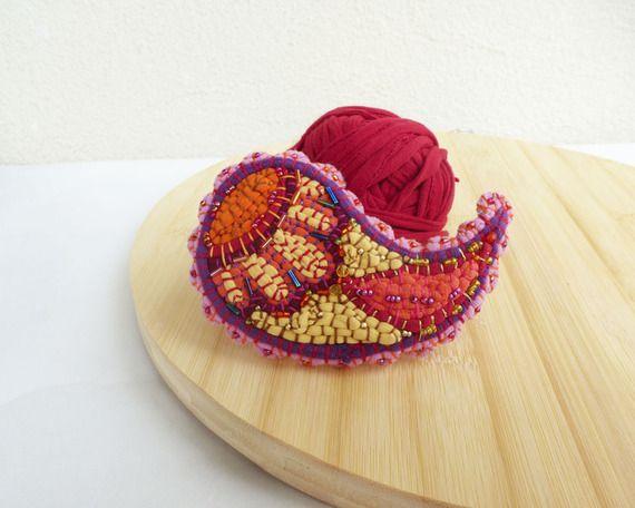 Maxi spilla Paisley collection in tessuto rosa rosso arancio ricamo folk girellone filo e colori di ila riciclo