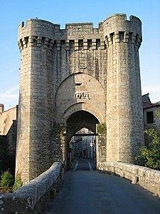 Parthenay 79 porte saint jacques.- En 1330, 1345, et 1348, des sommes sont octroyées aux seigneurs de Parthenay afin de réparer les fortifications de la ville, sans toutefois que le chateau de Coudray-Salbart n'ait pu en bénéficier. Jean 1° de Parthenay, seigneur de St-Christophe et Semblançay, gouverneur de Saintonge en 1330, participe au siège d'Angely, il est fait prisonnier à Maupertuis, retourne en Angleterre entre 1350 et 1356, puis de 1356 à 1358, meurt le 1.5.1358 , inhumé à…