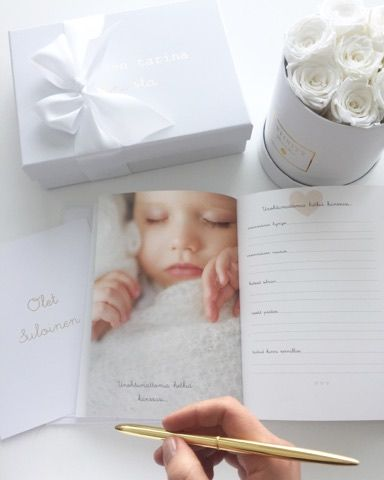 """Vaaleansävyiseen Suloinen tarina sinusta- vauvakirjaan voit kirjoittaa ylös rakkaimmat muistot ja pienimmätkin yksityiskohdat raskausajasta aina 2 ikävuoteen saakka. Tässä kirjassa on noin 200 sivua ja siihen on jätetty paljon tilaa tarinoille ja vauvakuville. Värityksensä puolesta tämä kirja sopii sekä pojalle että tytölle. Kirjan valkoisessa kannessa on kultainen """"Suloinen tarina Sinusta"""" -painatus."""