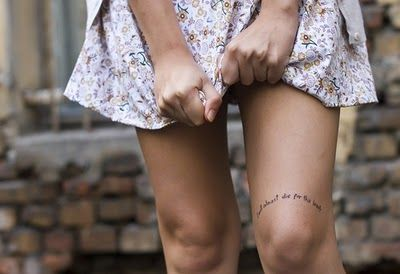 knee tattoo. i like.