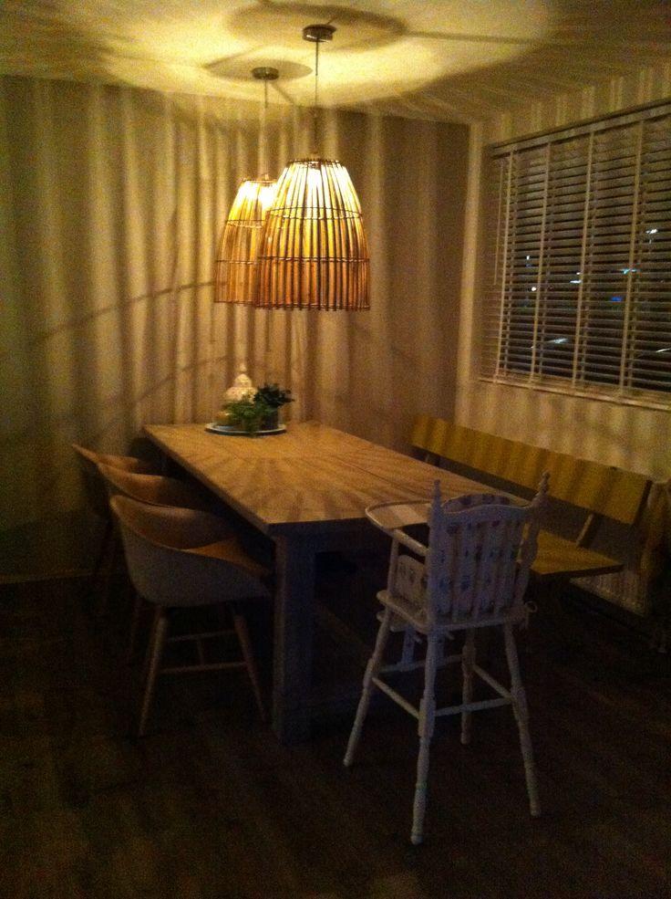 Onze grote eettafel met kuip stoeltjes en mijn DIY gele eetkamer bank, favoriet zijn de bamboe hanglampen!