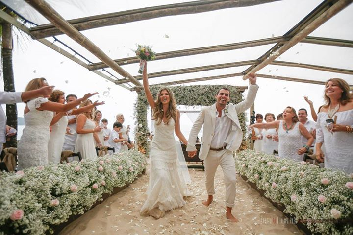 O casamento na praia de Marilia e Marcio foi um dos mais lindos que já vi! Os convidados de branco, cheio de detalhes fofos e noivos lindos e apaixonados.
