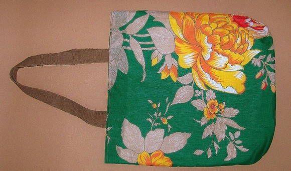 Bolsa em chitão, fundo verde, floral, forro em algodão cru, fecho de imã, alça…