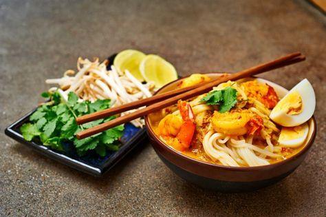 Laksa: currysoep uit Singapore | Puur EtenIngrediënten voor 2 personen:       250 gr (rijst)mihoenPrint dit recept     1 hardgekookt ei, in partjes     150 gr garnalen     400 ml kokosmelk     250 ml visbouillon     1/2 et palmsuiker     1/2 el tamarindepasta (asem)     1 gekneusde stengel citroengras (sereh)  Voor de currypasta:      3-4 gedroogde pepers (geweekt in heet water)     3 Thaise mini-sjalotten (of 1 gewone)     3 teentjes knoflook     1 tl korianderkorrels (ketoembar)     1 tl…